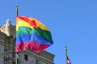 Флаг ЛГБТ у посольства Великобритании в Москве (иллюстрация из Телеграм-канала посольства Великобритании в России)
