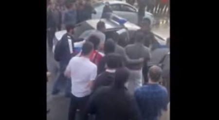 Нападение на полицейского и освобождение задержанного мигранта в Тёплом Стане (иллюстрация кадр видео Ютьюб)