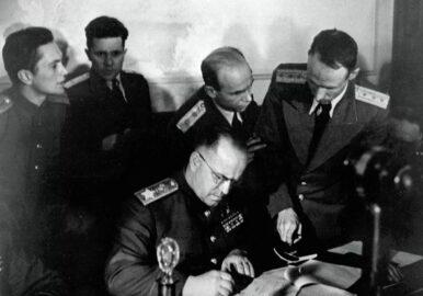 Маршал Советского Союза Жуков подписывает акт о безоговорочной капитуляции, 8 мая 1945 г (иллюстрация из открытых источников)