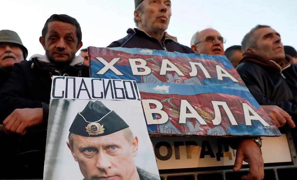 Сербы с плакатом Путина (иллюстрация из открытых источников)