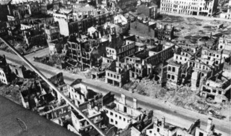 СССР, столица Белоруссии город Минск, разрушенный немецкими бомбардировками (иллюстрация из открытых источников)
