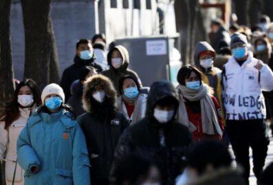 Люди в масках на аллее Нанлуогусян в Пекине, Китай (иллюстрация – фото REUTERS, автор Tingshu Wang)