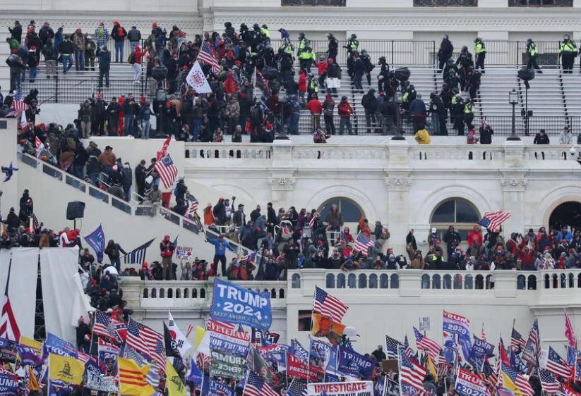 Протестующие сторонники Трампа штурмуют здание Капитолия США, округ Колумбия, 6 января 2021 года (иллюстрация из открытых источников).