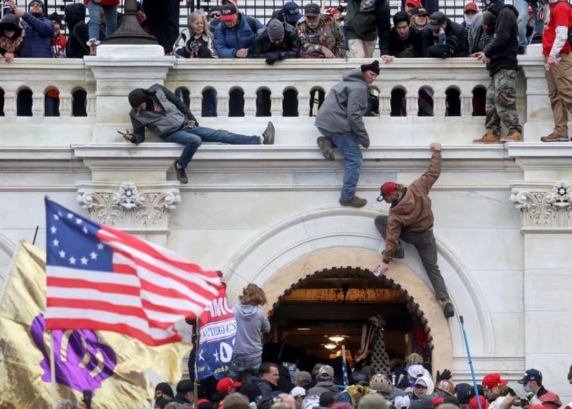 Протестующие сторонники Трампа штурмуют здание Капитолия США, округ Колумбия, 6 января 2021 года (иллюстрация из открытых источников)