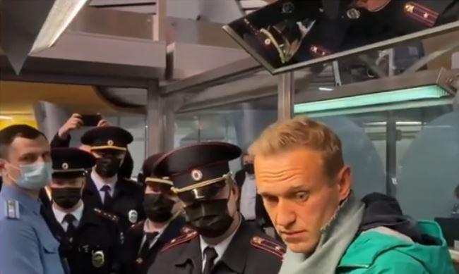 Задержание Навального в аэропорту Шереметьево (стоп-кадр прямого эфира из терминала Шереметьево)