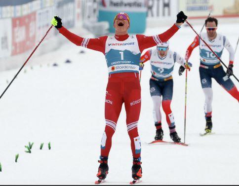 Александр Большунов взял золото в скиатлоне на чемпионате мира по лыжным гонкам в Оберстдорфе (стоп-кадр финиша гонки)