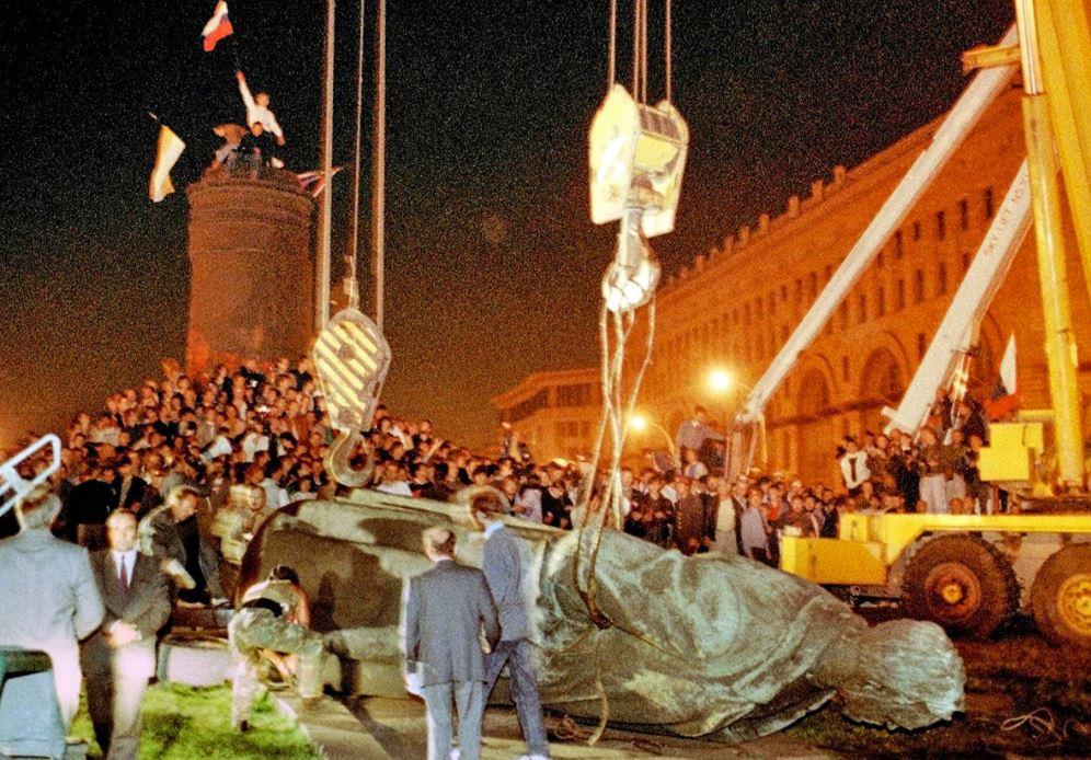 Демонтаж памятника Дзержинскому , 22 августа 1991 года (иллюстрация из открытых источников)