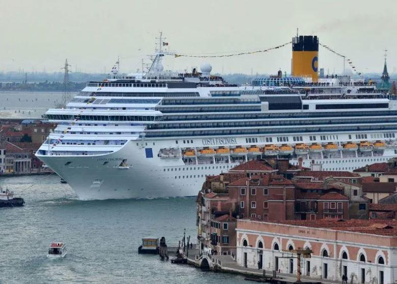 Лайнер MSC выходит из Венеции 9 июня 2019 г. (Иллюстрация – фото Мигель МЕДИНА AFP)