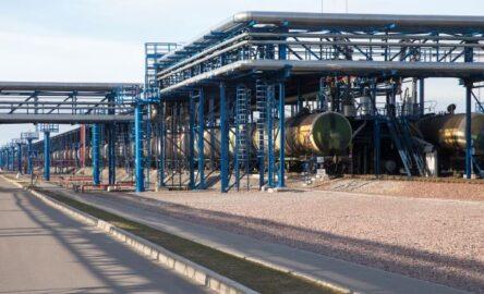 Терминал перевалки нефтепродуктов в морском торговом порту Усть-Луга (иллюстрация – фото Владимира Рябчикова ТАСС)