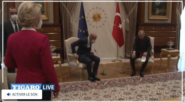 Мужчины уже сидят в двух креслах, Урсуле фон дер Ляйен места не досталось (скриншот видео Le Figaro)