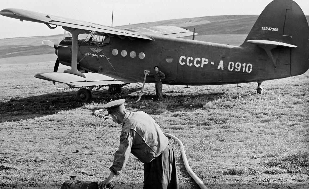 Сельскохозяйственный самолет Ан-2 во время заправки горючим топливом, 1958 год, фотохроника ТАСС