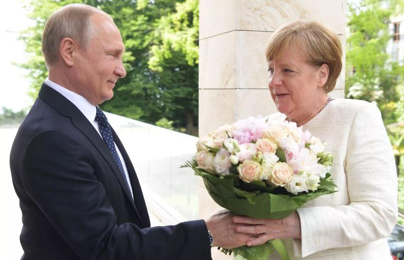 Владимир Путин дарит цветы немецкому канцлеру Ангеле Меркель (иллюстрация из открытых источников)