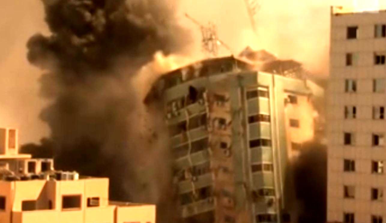 Скриншот видео разрушения здания СМИ в Газе