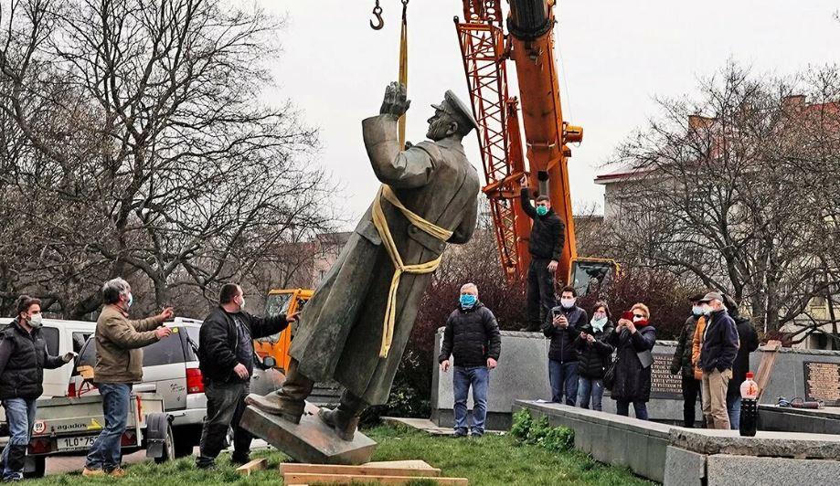 В Праге сносят памятник освободителю города – советскому маршалу Ивану Коневу. При освобождении Чехословакии погибло 140 тысяч наших солдат.
