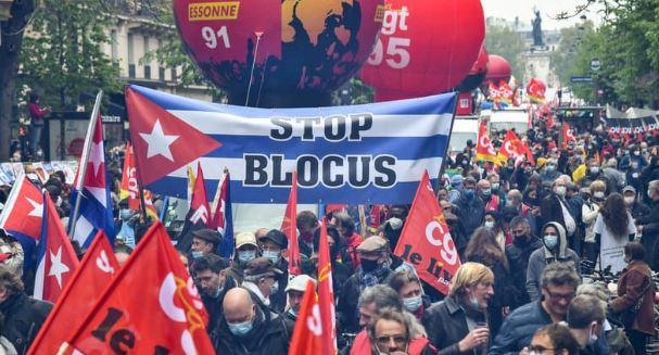 Во Франции разогнали первомайские демонстрации (фото Bertrand GUAY / AFP)