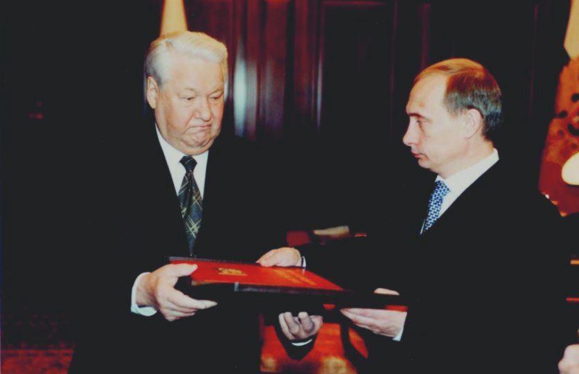 Путин и Ельцин (источник Историк.РФ)