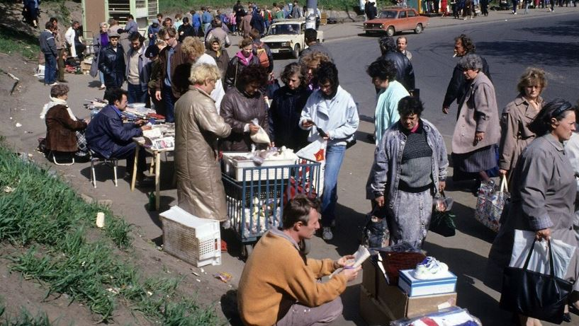 Стихийный рынок 90-х (иллюстрация из открытых источников)