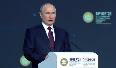 В России могут открыть платную вакцинацию от COVID-19 для иностранцев (скриншот видео с ПМЭФ-2021)