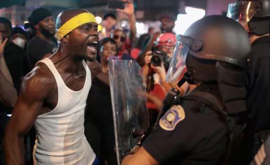 15 сентября 2017 года город Сент-Луис, штат Миссури, был подожжен после оправдания белого полицейского, убившего чернокожего во время погони в 2011 году (иллюстрация из открытых источников)