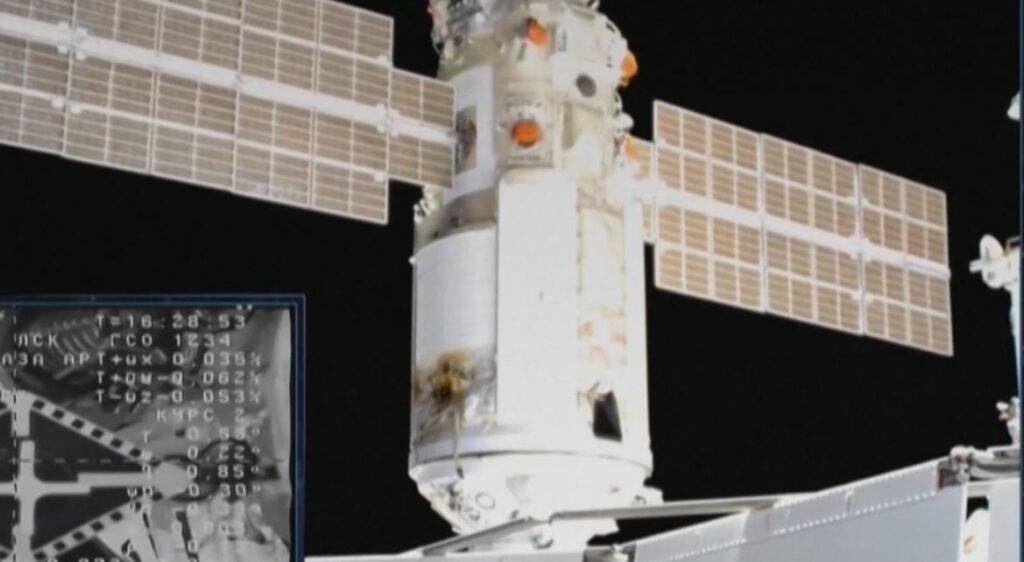 Момент стыковки модуля «Наука» к МКС (кадр видеотрансляции «Роскосмоса»)