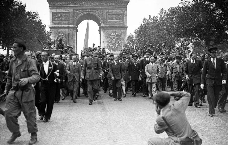 Париж встречает Шарля де Голля, 1944 год (иллюстрация из открытых источников)