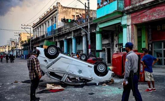 Перевёрнутый протестующими полицейский автомобиль, Куба, 11.07.2021 (фото AFP)