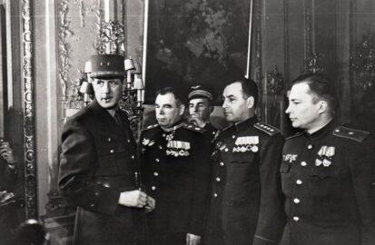 Шарль де Голль вручает французские награды советским военачальникам (иллюстрация из открытых источников)