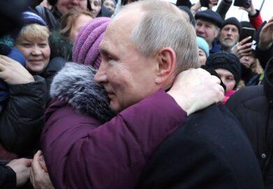 Путин обнял пенсионерку (иллюстрация из открытых источников)