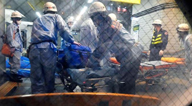 Спасатели готовят носилки на станции Сосигая-Окура
