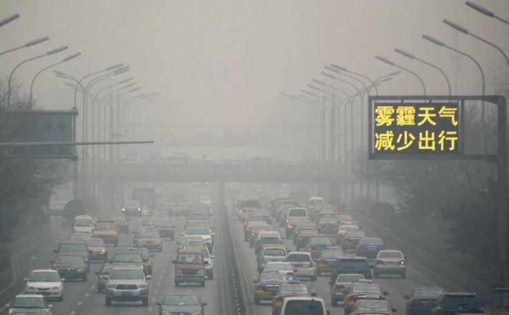 Смог в Китае (Пекин) – выбросы от промышленного производства и транспорта, являются крупнейшим источником загрязнения атмосферы Земли