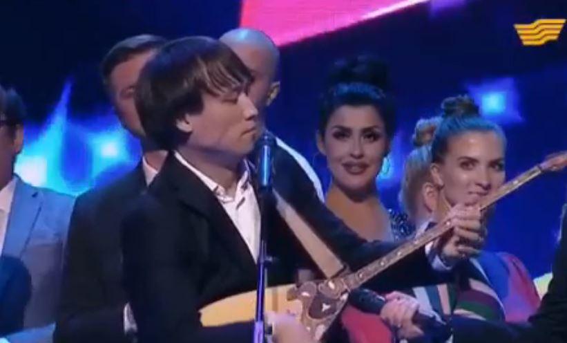 Сангаджи Тарбаев играет на домре (иллюстрация - стоп-кадр видео)