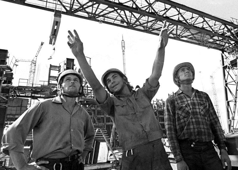 Советские строители (иллюстрация из открытых источников)
